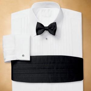 Рубашка с черным поясом и галстуком-бабочкой под смокинг